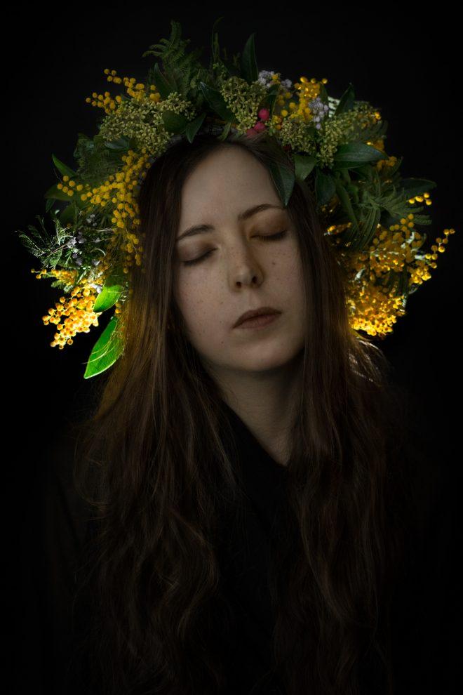 Autoportrait lumineux avec couronne de mimosa