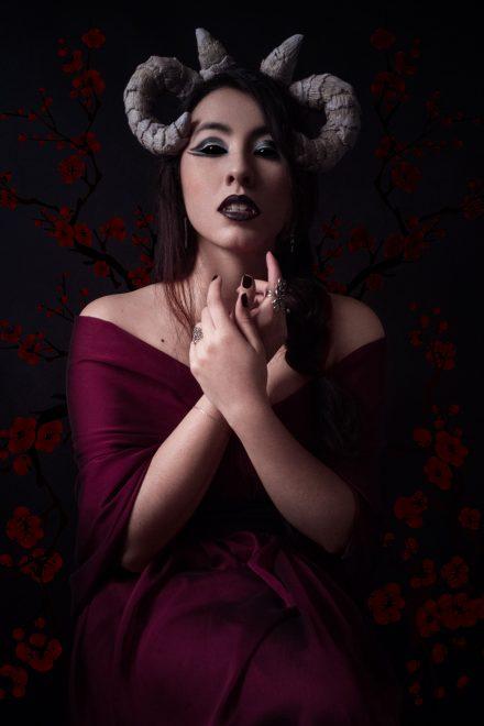 Hélène, démon romantique, vous convie dans son antre. Son regard intense vous happe. Photographie de portrait en studio.