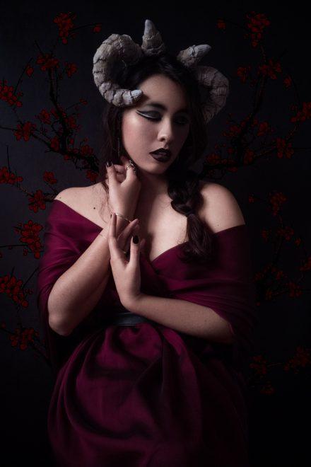 Hélène est un démon à l'âme romantique. Photographie de portrait en studio.