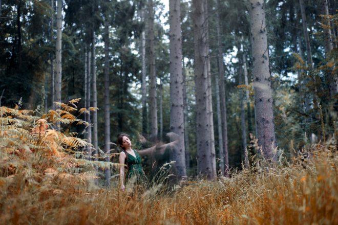 Autoportrait : Abandon de soi dans une grande forêt de sapins.