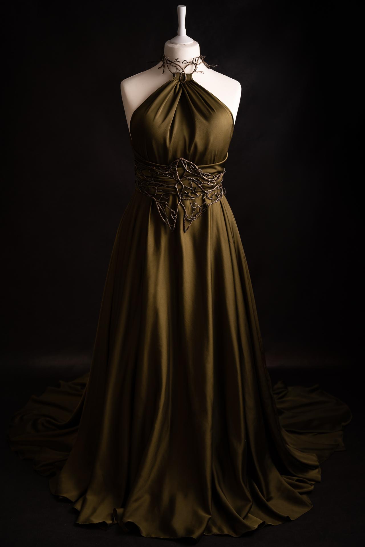 Longue robe sylvestre verte et serre-taille de branches