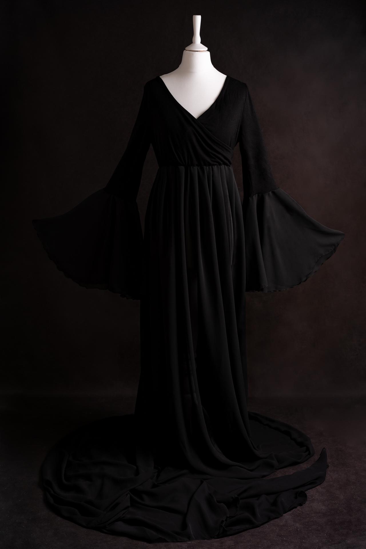 Robe noire de maternité extensible. La partie jupe est transparente et très longue.