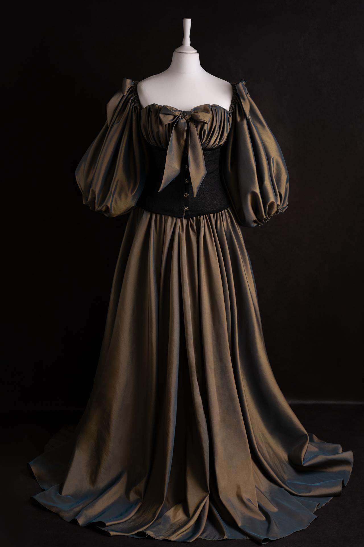 Robe verte à manches bouffantes & serre-taille noir