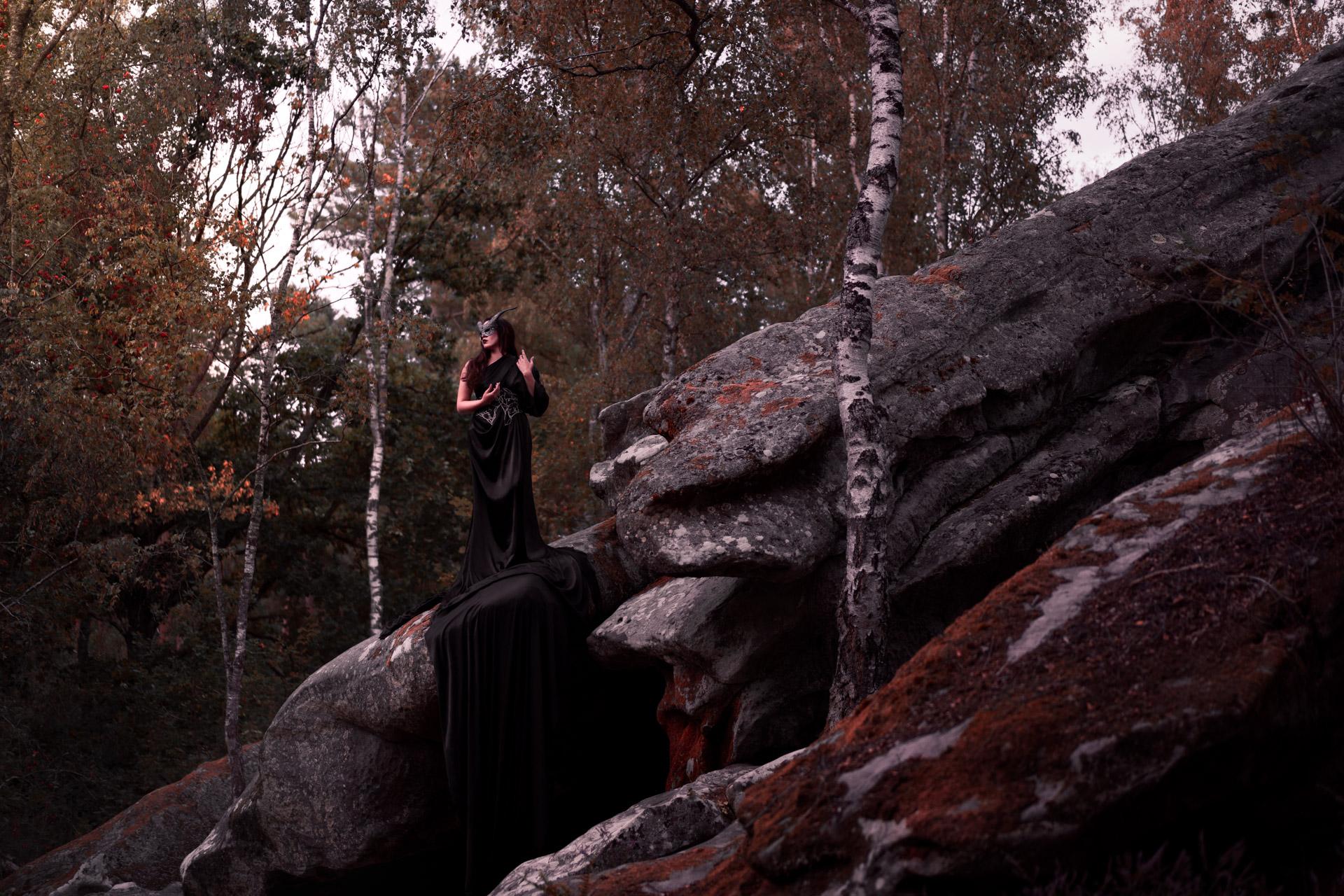 Maléfique, sur son haut rocher.