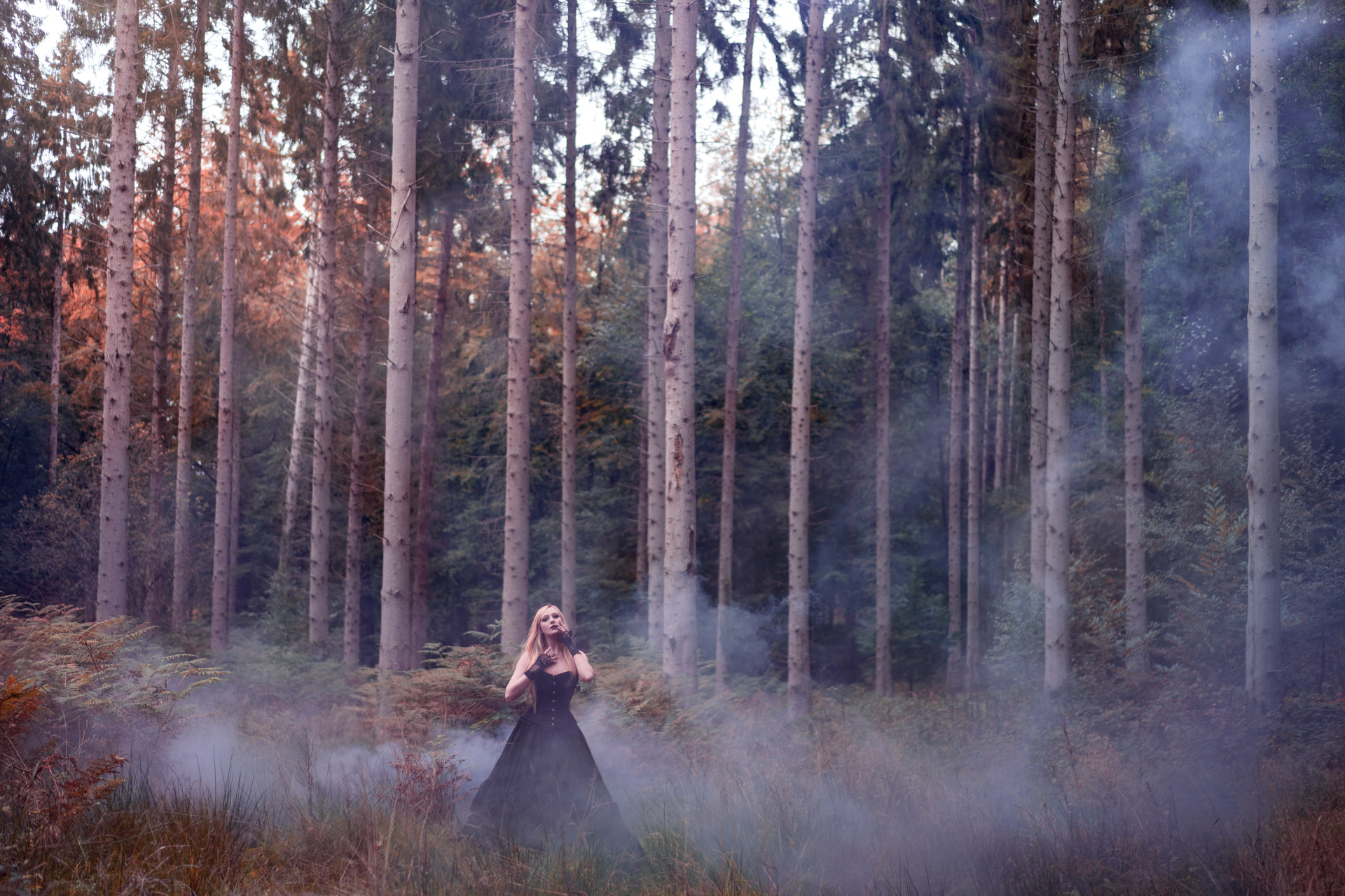 Demoiselle en noir perdue dans la brume